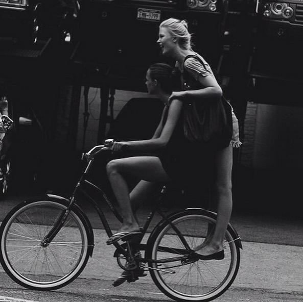 zu zweit auf einem Fahrrad fahren